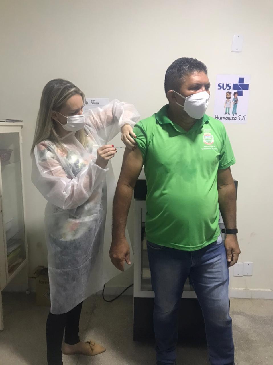 Vacina COVID-29: Agente de comunitário de Saúde sendo vacinado