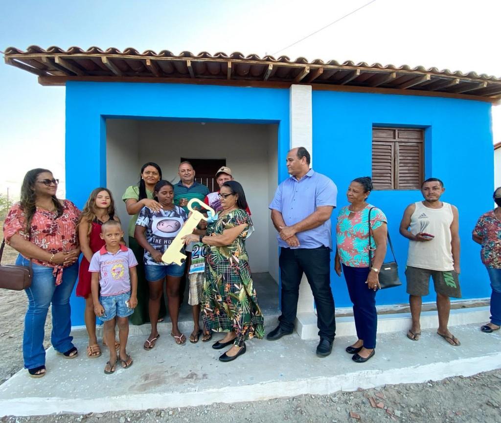 Entrega de casas para 2 famílias do município na zona rural com instalação de Abastecimento de água.
