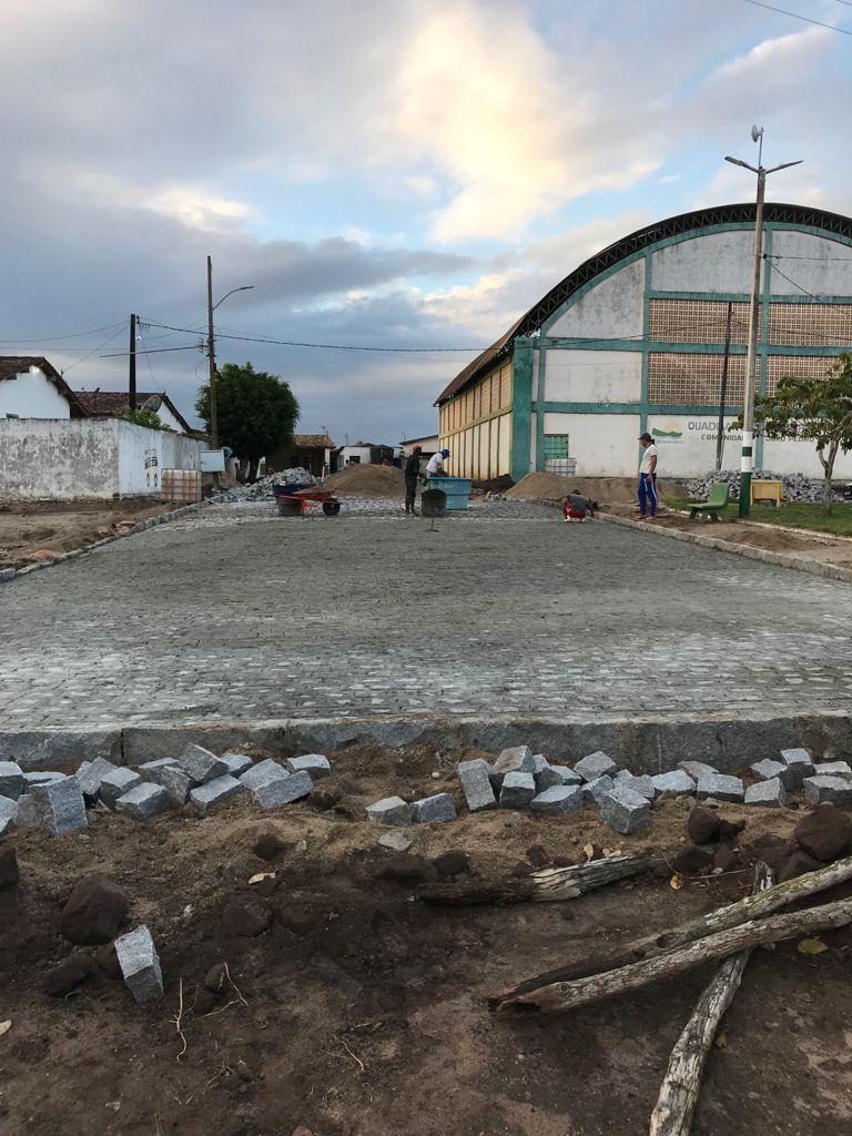 OBRAS DE CALÇAMENTO SEGUEM EM RITMO ACELERADO NO MUNICÍPIO NA COMUNIDADE DE JOÃO PEDRO NA ZONA RURAL